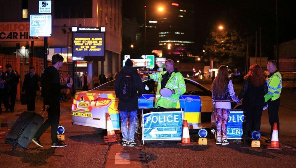 Policía británica en los alrededores del Manchester Arena