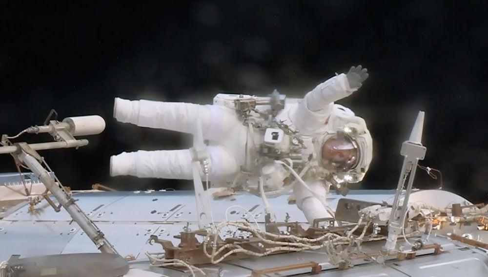 El astronauta Jack Fisher reemplazando una caja de datos en la EEI