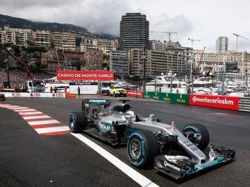 Lewis Hamilton, rondando por las calles del principado de Mónaco