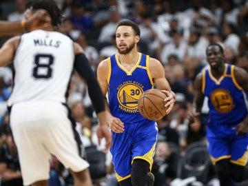 Stephen Curry sube el balón durante el Spurs - Warriors