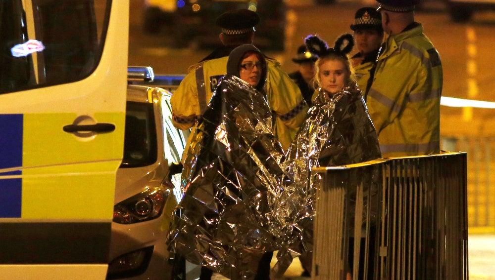 Dos jóvenes tras el atentado