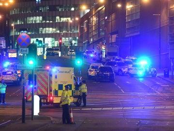 Policía y servicios de emergencias en las inmediaciones del Manchester Arena