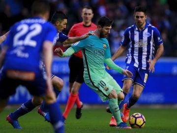 Leo Messi se dispone a pasar el balón durante un Alavés - Barcelona