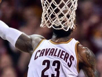LeBron James se dispone a machacar el aro con la cabeza a la altura de la red