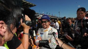 Fernando Alonso, rodeado de medios de comunicación en Indianápolis