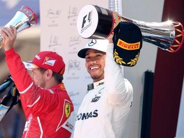 Lewis Hamilton celebra su victoria en Montmeló por delante de Sebastian Vettel