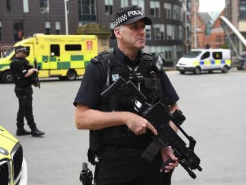 Un policía británico monta guardia en las calles de Manchester