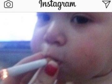 Cuelgan una foto en Instagram de un bebé fumando