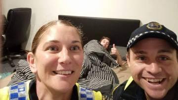 Los policías se hacen un 'selfie' con el joven