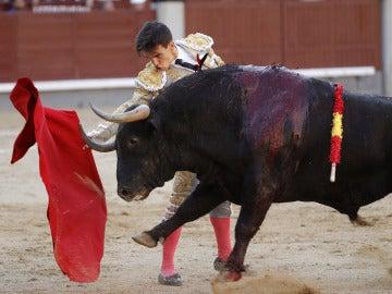 El diestro Gonzalo Caballero en la faena a su segundo toro