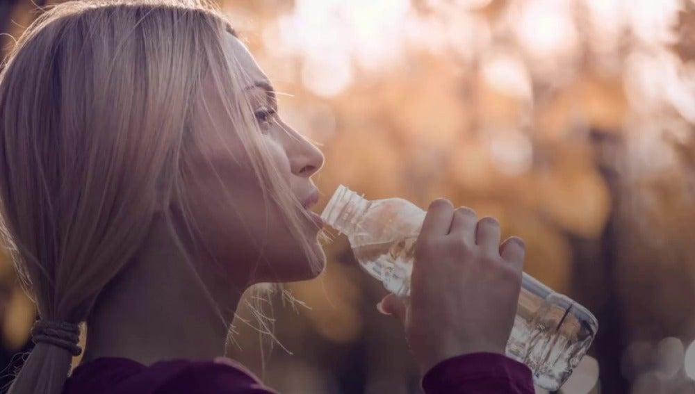 Frame 0.0 de: Llevas bebiendo mal el agua toda la vida y no lo sabías