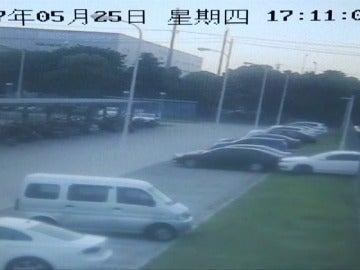 Frame 1.813333 de: Un coche con sus dos ocupantes cae a un río al confundir el freno con el acelerador