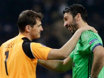 Casillas y Buffon se saludan y hablan tras un partido