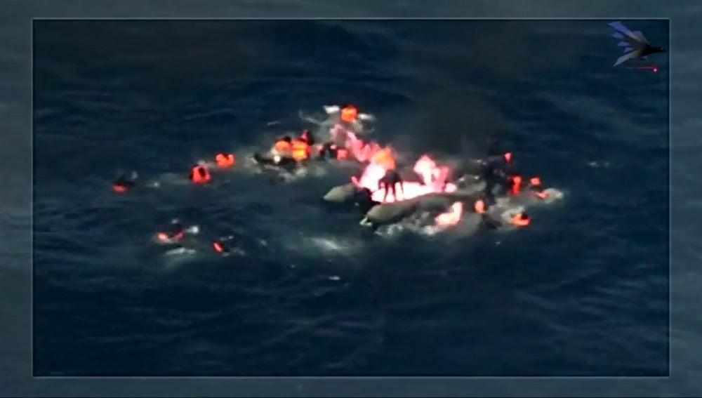 Frame 20.439706 de: Salvamento rescatan a 34 inmigrantes de una barca en llamas en aguas del Estrecho