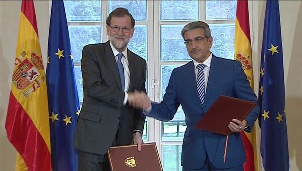 Mariano Rajoy y Román Rodríguez firman el acuerdo de los PGE