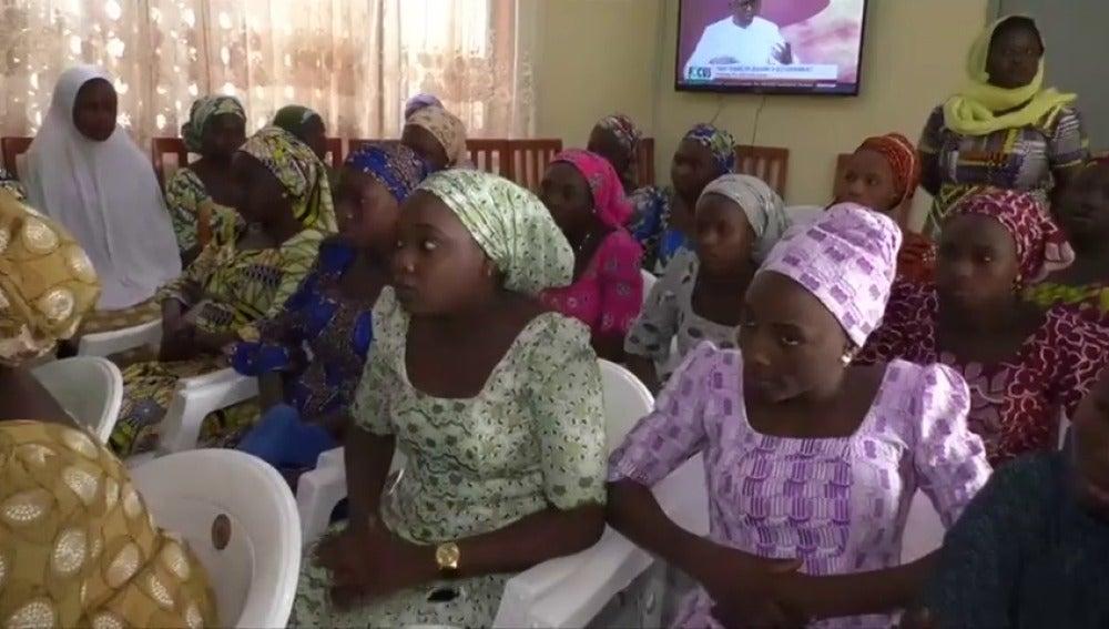 Frame 24.462578 de: Nigeria traslada a un centro de rehabilitación a las niñas de Chibok liberadas de manos de Boko Haram