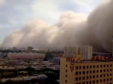 Frame 1.722666 de: Una densa tormenta de arena cubre varias ciudades en el noroeste de China