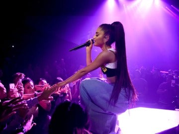 Ariana Grande cantándole a sus fans