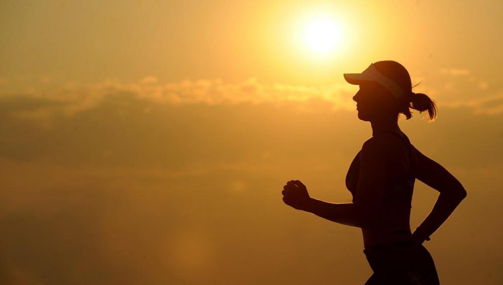 Una mujer corriendo