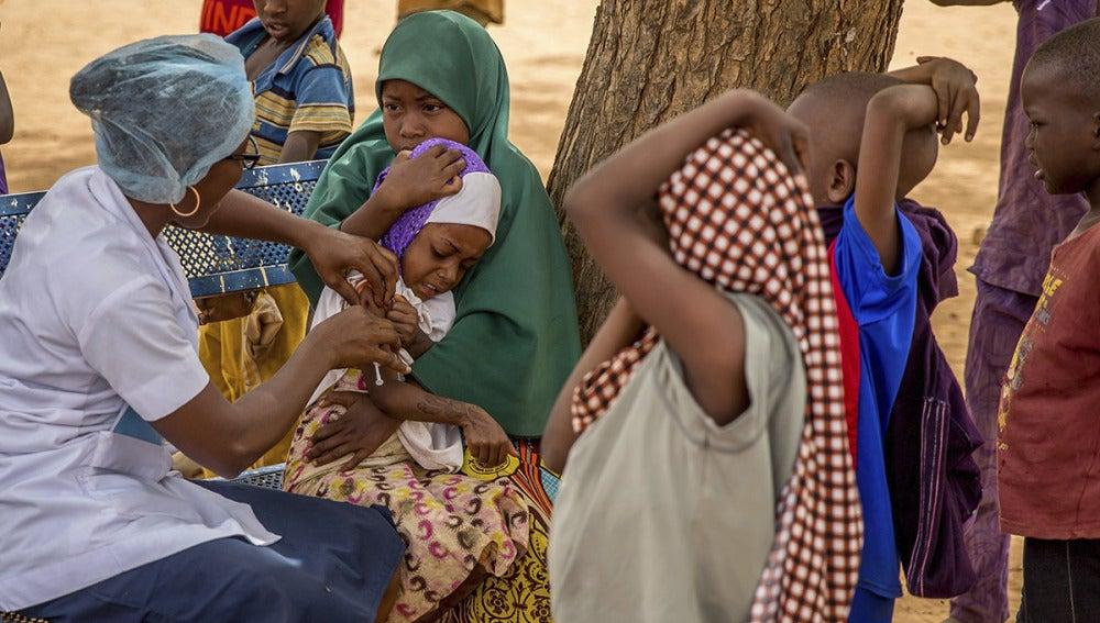 Una enfermera vacuna a un grupo de niños en Nigeria contra la meningitis