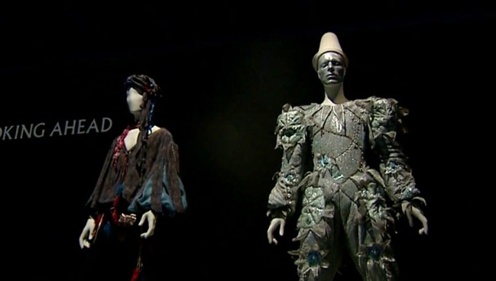Frame 55.926245 de: Barcelona acoge una exposición sobre David Bowie