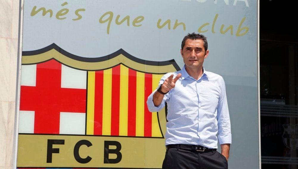 Ernesto Valverde posa con el escudo del Barcelona