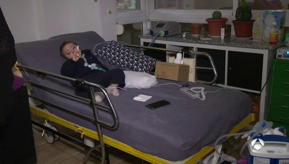 Frame 76.182857 de: La vida de Aarón depende de una máquina que respira por él, su familia pide que se garantice el suministro a los electrodependientes