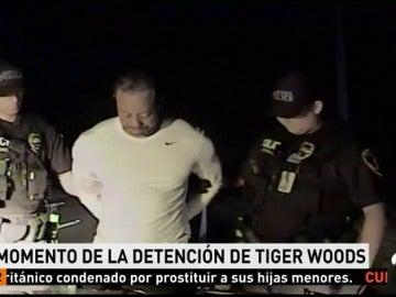 Frame 16.702857 de: El momento de la detención de Tiger Woods: desorientado, descalzo, sin habla...