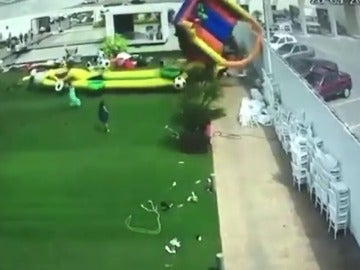 Frame 8.173839 de: Cuatro niños heridos en un accidente de un castillo hinchable