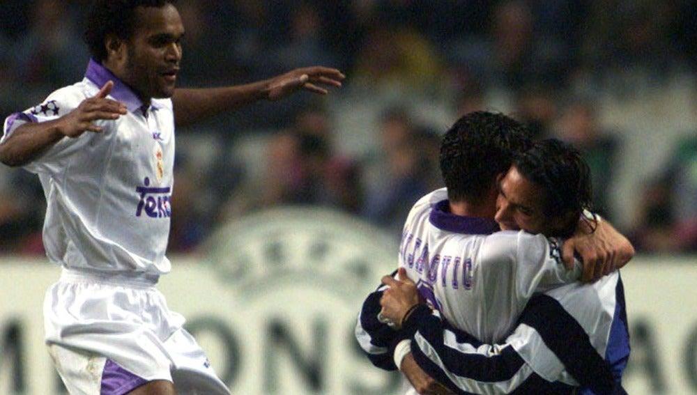 Mijatovic se abraza con Fernando Sanz tras marcar el gol de la Séptima