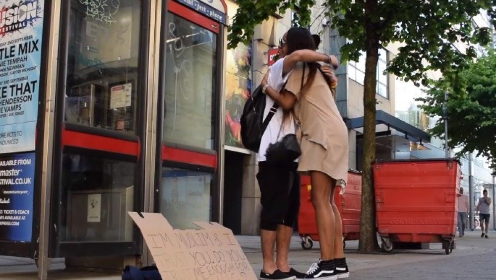 Un musulmán ofrece abrazos gratis en Mánchester