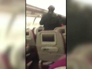Frame 13.472698 de: Un avión aterriza de emergencia en Melbourne después de que un pasajero gritara que llevaba una bomba