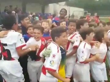 Los alevines del Rayo celebran el trofeo junto a sus rivales de la final