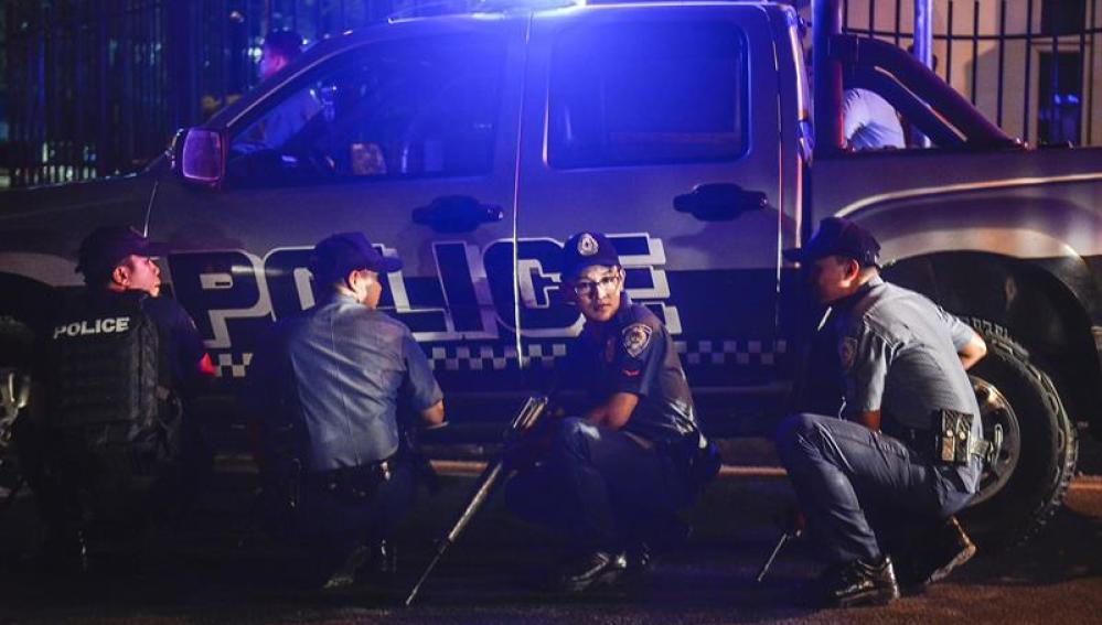 Varios policías a la puerta del hotel de Manila donde se ha producido el tiroteo