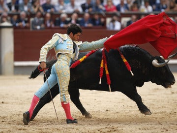 El diestro Cayetano Rivera con su segundo toro