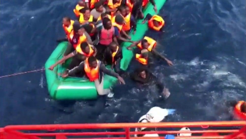 Frame 17.415111 de: Rescatados 165 inmigrantes africanos a la deriva en cinco botes diferentes