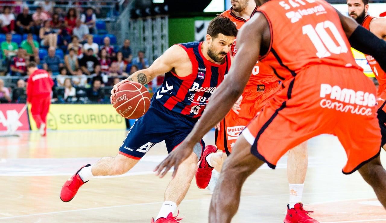 Laprovittola entra a canasta ante la defensa del Valencia Basket
