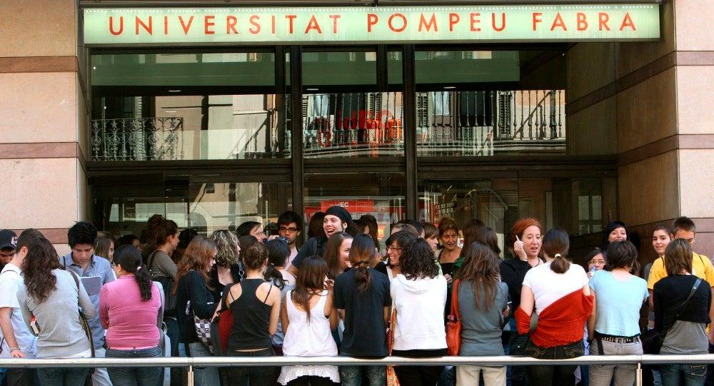 Un grupo de estudiantes en la puerta de la Universidad Pompeu Fabra (Barcelona)