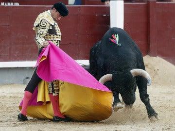 El diestro Enrique Ponce da un pase a su primer astado en el vigésimo segundo festejo de la Feria de San Isidro