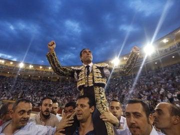 El diestro Enrique Ponce sale a hombros a la finalización del vigésimo segundo festejo de la Feria de San Isidro