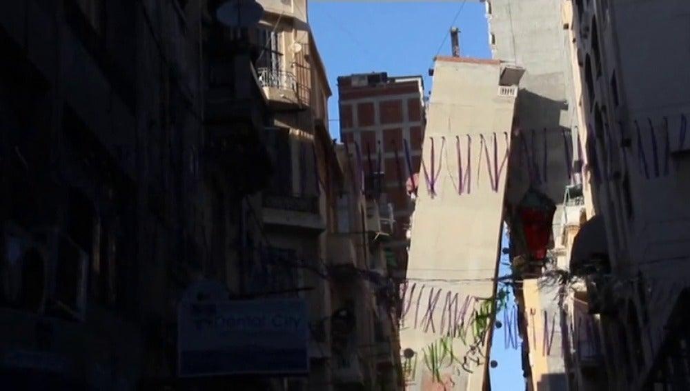 Frame 1.708441 de: Un edificio se inclina hasta quedar completamente apoyado en el de enfrente