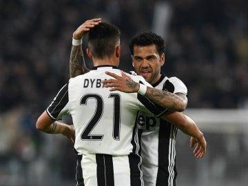 Dybala y Alves celebran un gol