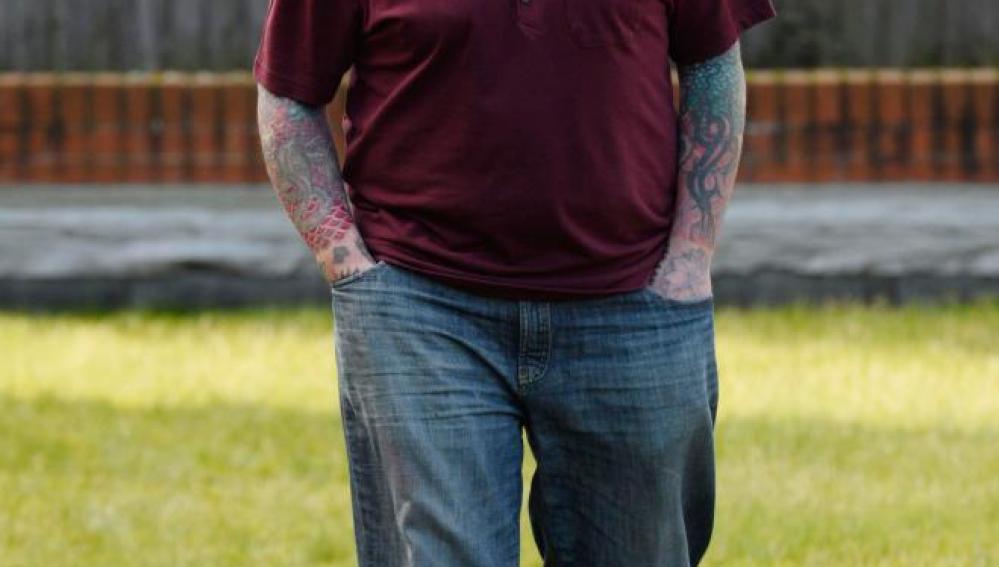 El hombre con más tatuajes de Reino Unido podría perder el brazo al implantarse un puño americano