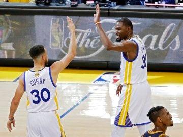 Kevin Durant y Stephen Curry celebran la victoria de los Warriors