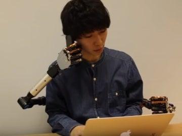 Dispositivo con dos brazos robóticos