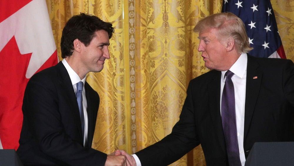 Justin Trudeau saluda a Donald Trump