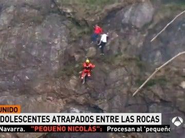 Adolescentes atrapados en una roca