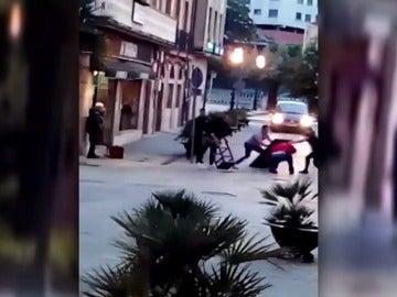 Frame 15.837255 de: Los clientes de un bar detienen al atracador