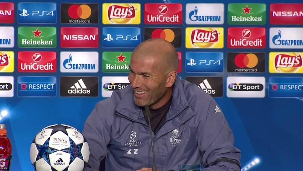 Zidane, sonriente durante la rueda de prensa