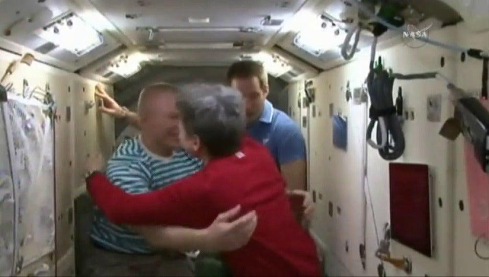 Frame 28.286801 de: Tres astronautas retornan a la Tierra y se despiden de sus compañeros en la Estación Espacial Internacional